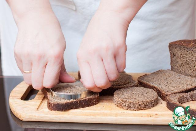 Свекольное пюре должно немного схватиться, прежде чем выкладывать его на хлеб, поэтому вырежьте пока круглые заготовки из ржаного хлеба.