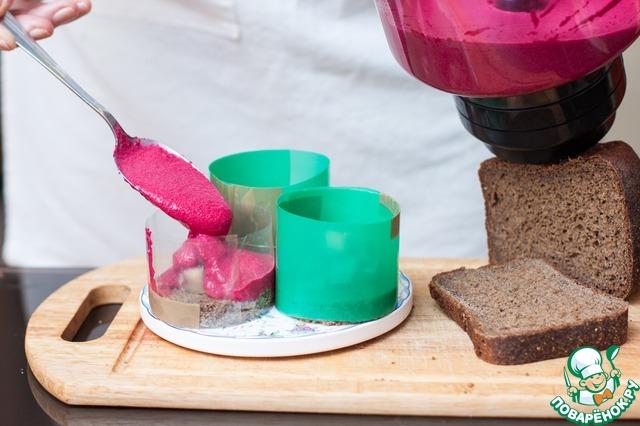 Если у вас есть высокие металлические кольца для десертов - прекрасно! Вырежьте ими хлебные заготовки и так и оставьте - потом заполните муссом. Если же нет - не беда! Канцелярские файлы вам в помощь. Места стыков скрепите при помощи скотча или степлером. Наденьте формы на хлебные донышки и залейте свекольным муссом. Уберите в холод на час. Если подавать планируете на след. день, снимайте кольца только перед подачей, иначе края мусса заветрятся и потемнеют. Можно смазать верх тонким слоем раст. масла.