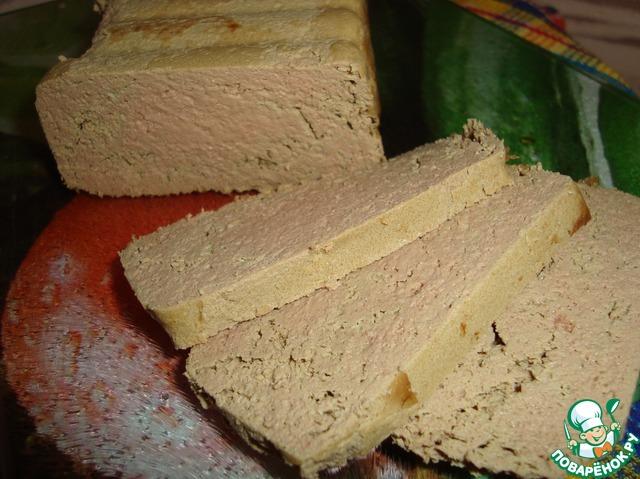 Утром форму с паштетом достаем из холодильника, переворачиваем на плоское блюдо.