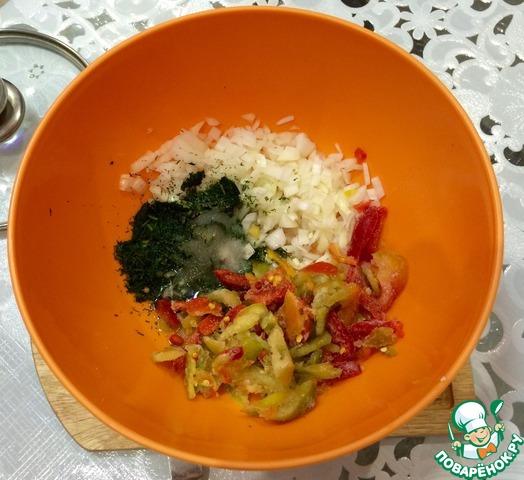 Делаем заливку: лук режем полукольцами (если едоки уже ждут, как у меня, то помельче), зелень, чеснок измельчаем, добавляем масло, уксус, соль по вкусу (немного), сахар и болгарский перец полосками.