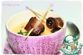 Крем-суп с рисом и черносливом в беконе