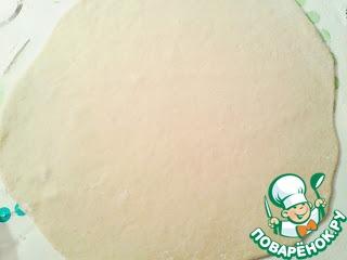 Разделить тесто на 2 части и раскатать 2 пласта, толщиной 2 мм