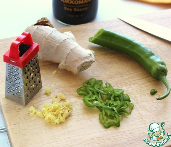 По рецепту необходимо 4 красных перца чили тонко нарезать вместе с семечками, ух... Лично я, не смогла решиться на это, взяла 1 зеленую крупную перчину чили средней жгучести и тонко нарезала колечками.    Насколько острым должен быть салат, решайте самостоятельно.     Очистите и натрите кусочек имбиря.