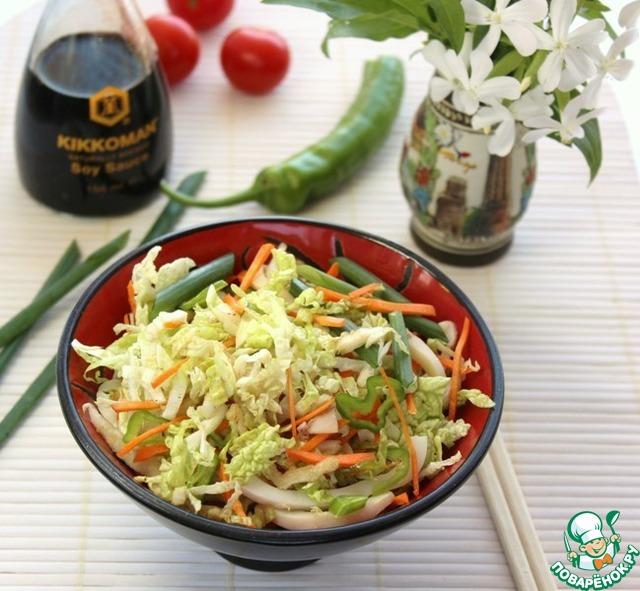 Разложите салат по тарелкам.