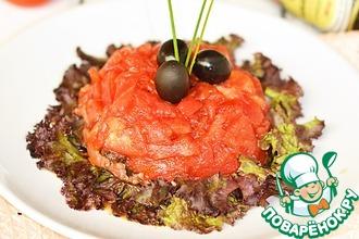 Салат с малосольной семгой, маслинами и помидорами