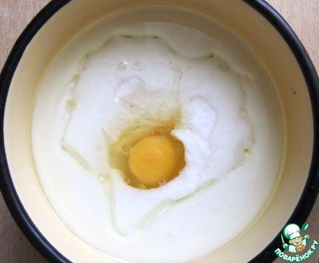 Добавить яйцо, тщательно перемешать и подогреть смесь, продолжая помешивать, до теплого состояния.