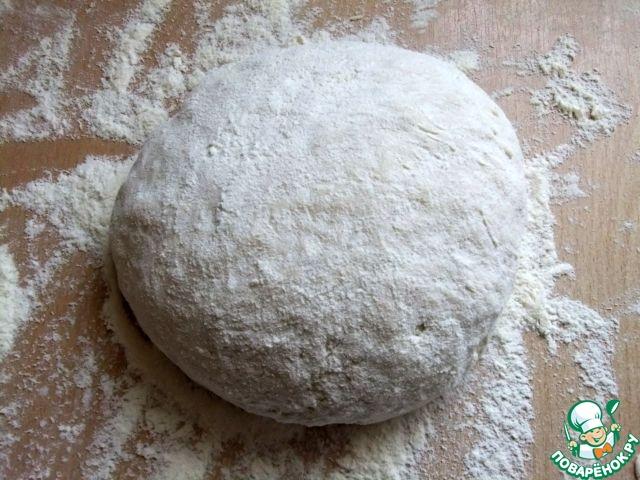 вымешивать до тех пор, пока почти вся мука не войдет в тесто. Скатать его в шар, накрыть миской и дать отлежаться минут 10. За это время произойдет реакция соды с кефиром и тесто приобретет мягкую, пластичную, пористую консистенцию.