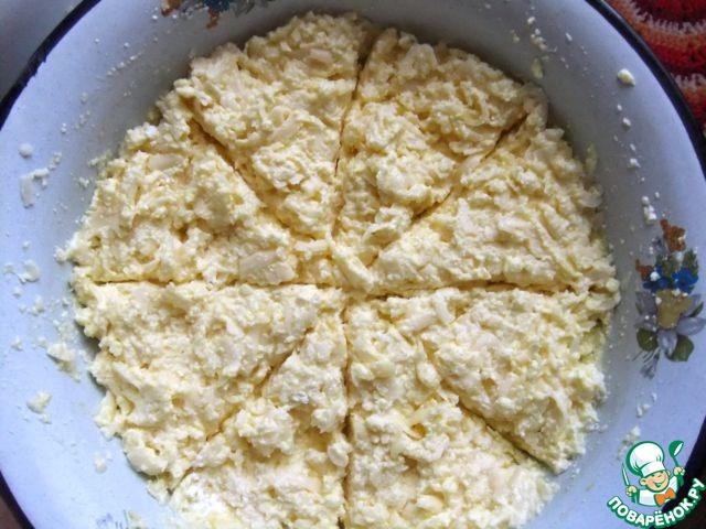 Начинку разделить на 4 или на 8 частей, в зависимости от того, какого размера пироги вы хотите получить.