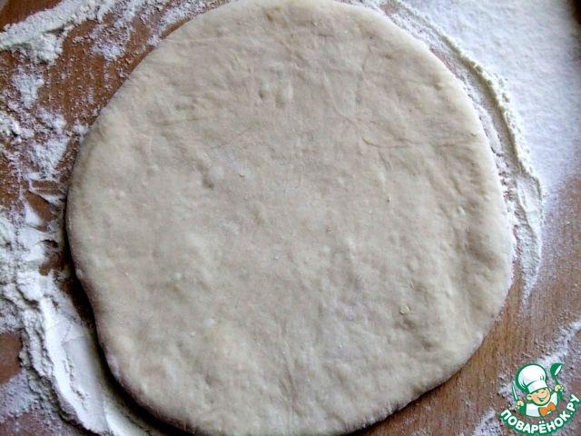 Раскатать очень осторожно, чтобы не прорвалась начинка, в лепешку толщиной 1 см.