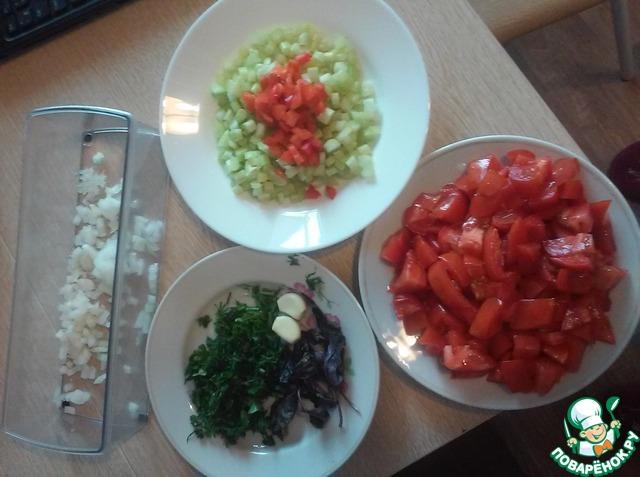 Подготовим все продукты: нарежем мелко сельдерей, перец болгарский, зелень и помидоры. Нашинкуем лук репчатый, почистим чеснок