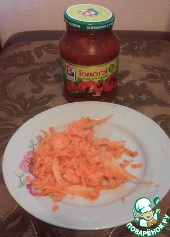 Нашинкуем морковь (у меня была замороженная) и откроем банку консервированных помидоров.