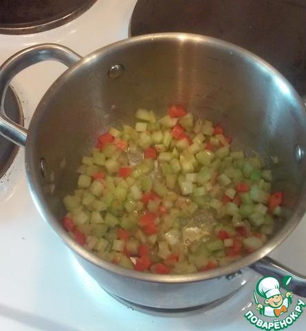 Посируем в кастрюле лук репчатый на смеси сливочного и оливкового масла до золотистого цвета. Добавляем сельдерей и перец болгарский, немного потушим, чтобы размягчились.