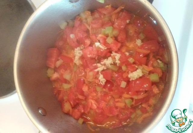 Добавляем морковь, помидоры свежие и чеснок. Перемешиваем и тушим мин 10.