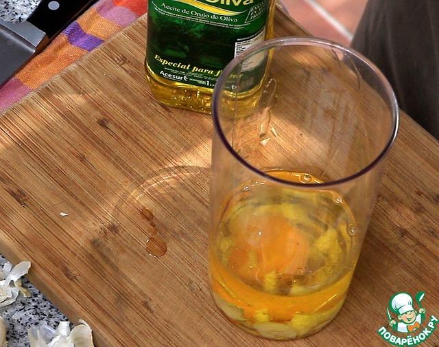 Следом выливаем рафинированное оливковое масло. Можно использовать и подсолнечное, но вкус будет отличаться. Не стоит использовать Нерафинированное – потому что нерафинированное оливковое будет сильно горчить, а подсолнечное уведёт вкус этого соуса вообще в невообразимые дали и близко не будет походить на настоящий алиоли.