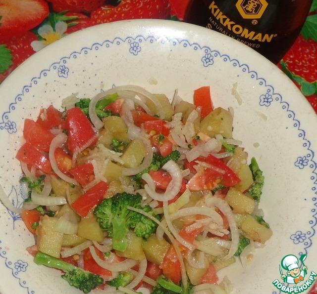 Добавляем соевый соус и немного оливкового масла.    Добавить измельченный чеснок.    Перемешать.    Свежий летний салатик готов!        Приятного аппетита!