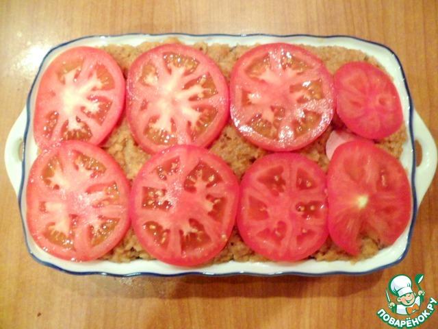 Сверху все покрыть кружочками помидор.