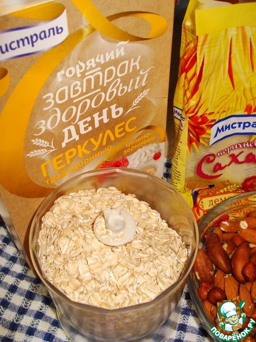 Геркулес вместе с коричневым сахаром высыпаем в чашу блендера.