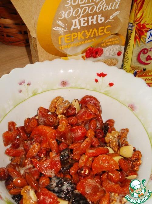 Высыпаем наши орехи с сухофруктами. И очень хорошо перемешиваем, это надо, чтобы панировка хорошо держалась.