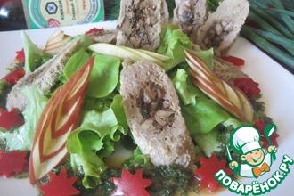 Салат с рулетом и свежими овощами