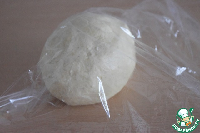 """Добавляем к тесту 1 ст. л. ледяной воды и быстро замешиваем мягкое тесто - в """"колобок"""". Заворачиваем его в пищевую плёнку и отправляем в холодильник на 30 минут.    Если тесто будет липким, не забивайте его лишней мукой - окуните руки в крахмал или муку и помогите ему. Тесто тогда хорошо свернётся в """"колобок""""."""