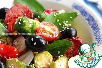 Овощной салат с брюссельской капустой и колбасой