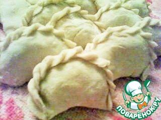 Вареники кладем на полотенце без припыления его мукой. Если нужно, чтобы они были объемнее, то ставим их на сгиб.