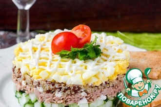 Салат с киноа, тунцом и легким соусом