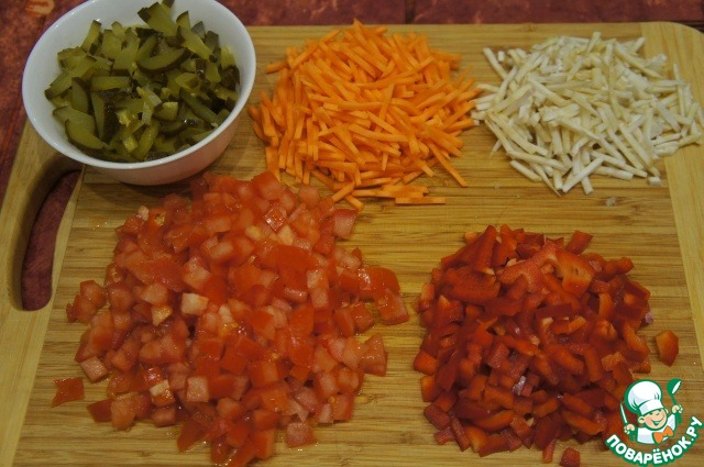 Овощи вымыть и очистить. Лук измельчить. Морковь, корень сельдерея, перец и огурцы нарезать соломкой. Помидоры нарезать кубиками. Чеснок пропустить через пресс.