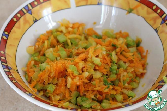 Все овощи мы будем обжаривать на растительном масле. Сначала обжарить лук до прозрачного цвета, а затем добавить морковь и сельдерей. На другой сковороде немного подрумянить картофель.