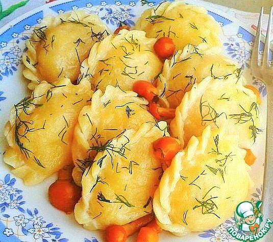 Готовые вареники сбрызгиваем растительным маслом и посыпаем укропом. Приятного аппетита!
