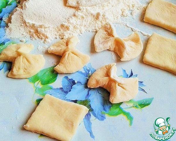 Если осталось тесто, то его раскатываем и делаем разные фигурки. Отвариваем вместе с варениками.