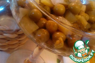 Салат из зеленого горошка и маринованных огурчиков
