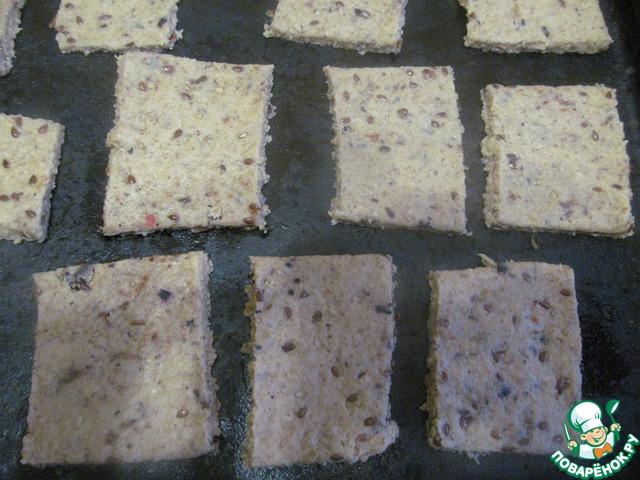 4. Раскатать, разрезать на квадратики или прямоугольники. Выпекать в разогретой духовке при 180 С, до золотистого цвета, минут 20.
