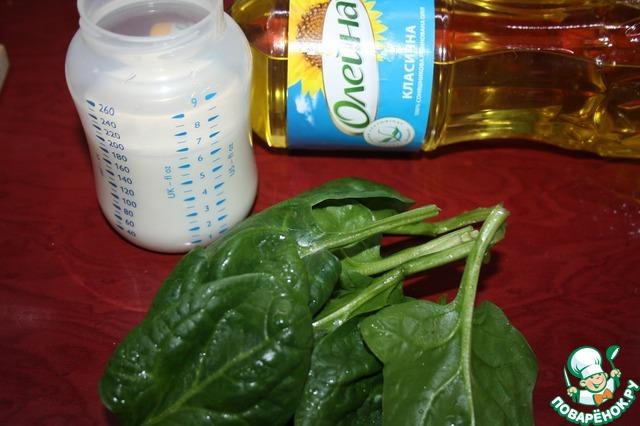 Измельчаем листья шпината, добавив масло (3 ст. л.) и йогурт. Смешиваем муку, соду, гашеную уксусом, соль и шпинатную массу. Тесто будет довольно тугим, не таким жидким, как на обычные вафли. Это продиктовано наличием гречневой муки. Избыток влаги в тесте, содержащем гречневую муку, приводит к тому, что тесто после приготовления на вкус остается сырым.