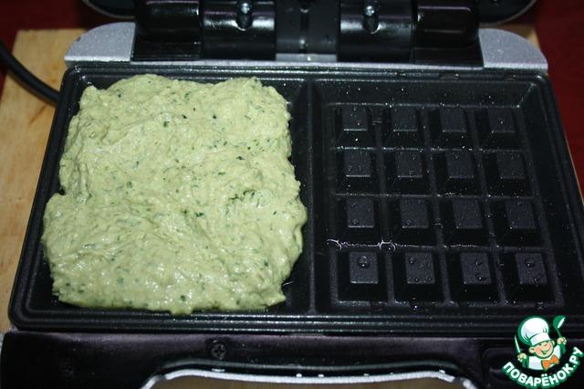 Итак, смазываем растительным маслом (1 ст. л.) вафельницу, прогреваем ее, выкладываем тесто. Выпекаем 10 мин.