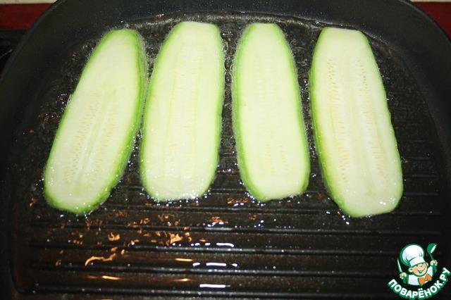 Теперь готовим кабачковые завитушки. Кабачки нарезаем полосками вдоль, солим и поджариваем на гриль-сковороде или на обычной сковороде (2 ст. л. растительного масла). Выкладываем на бумажное полотенце.