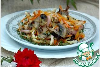 Теплый салат с кальмарами и грибами