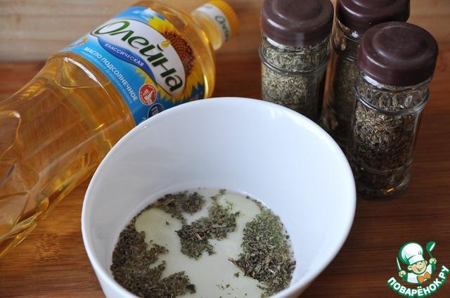 """Делаем заправку.   Растираем сухие травы: майоран, базилик и чабер с солью, добавляем яблочный уксус и подсолнечное масло """"Олейна""""."""