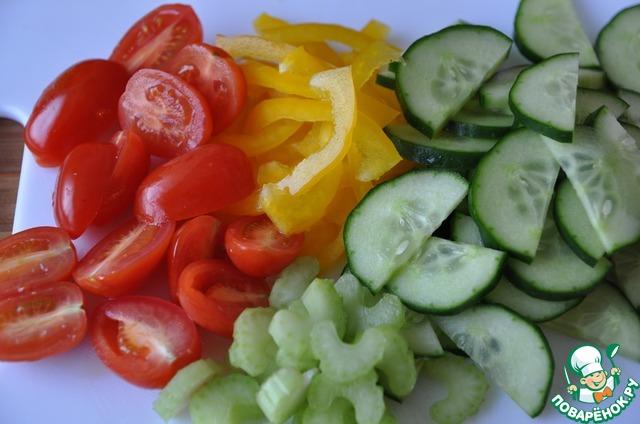 Овощи моем, чистим. Помидоры черри разрезаем пополам, черешковый сельдерей и болгарский перец (у меня жёлтый) тонкими полосками, огурец полукольцами.