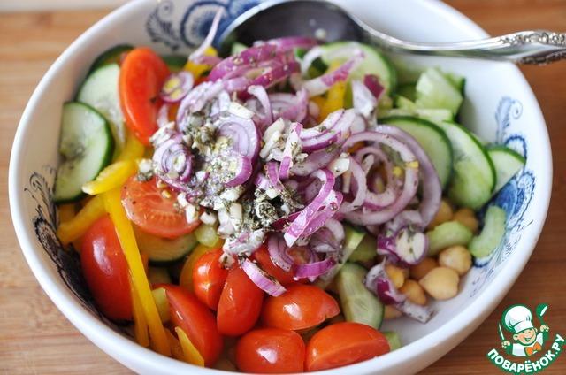 Добавляем к остывшему нуту нарезанные овощи и лук с чесноком и заправкой.