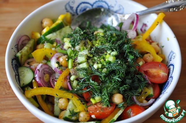 Также добавляем мелко рубленный укроп и зелёный лук, посыпаем свежемолотой смесью перцев, перемешиваем.