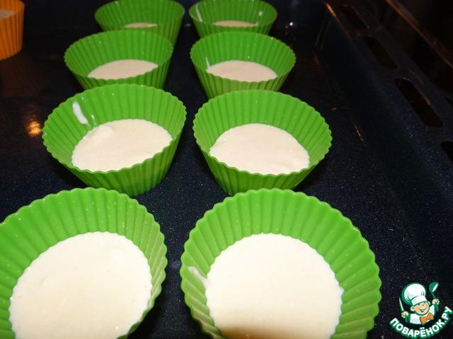 Берём формочки. У меня силиконовые 3,5х7 см, маслом я их не смазываю. Выкладываем в каждую по 1 ст. л. творожного теста.