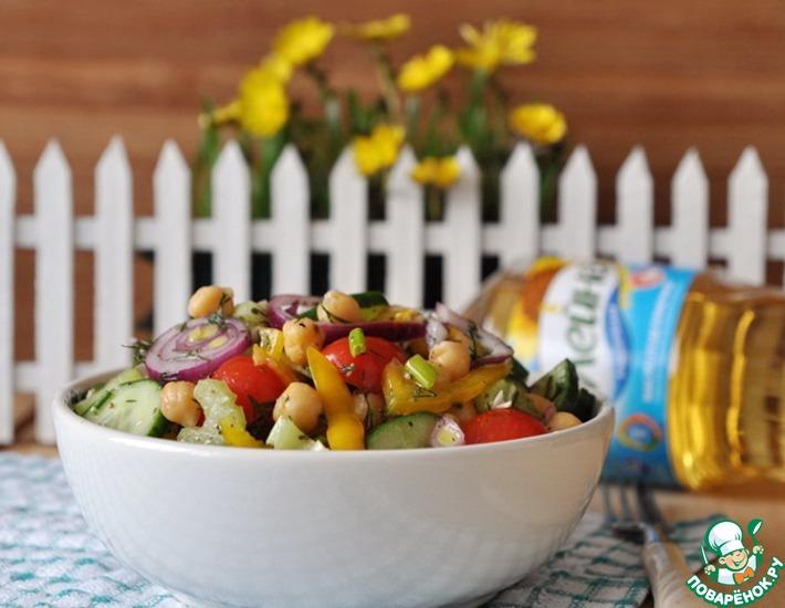 Салат с нутом, овощами и пряной заправкой