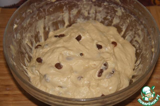 Тесто получается плотным, но мягким, липнет к рукам и посуде.