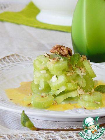 Достаем сельдерей из маринада, если необходимо солим и перчим. Смешиваем с орехово - чесночной массой. Заливаем желтком. Украшаем. Салат готов.