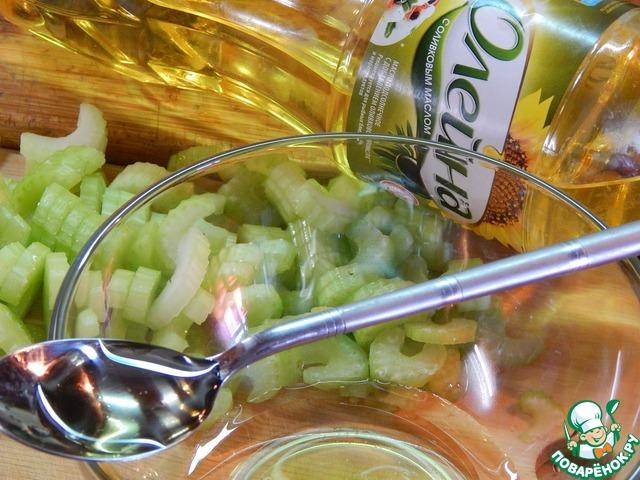 Готовим маринад. Винный уксус смешиваем с маслом, добавляем сахар и половину измельченного чеснока.