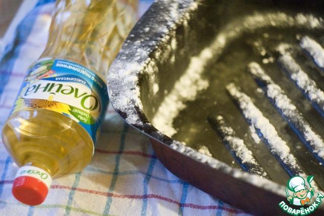 Форму для выпекания смажьте рафинированным растительным маслом и припорошите мукой.