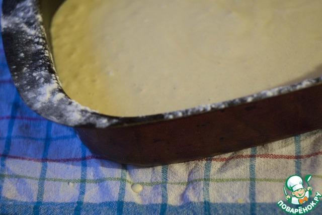 Тесто вылейте в форму и выпекайте в предварительно разогретой до 170С духовке, примерно 30 минут. Готовность проверьте зубочисткой - из центра пирога она должна выходить сухой. Хорошо остудите бисквит (можно прямо в форме).