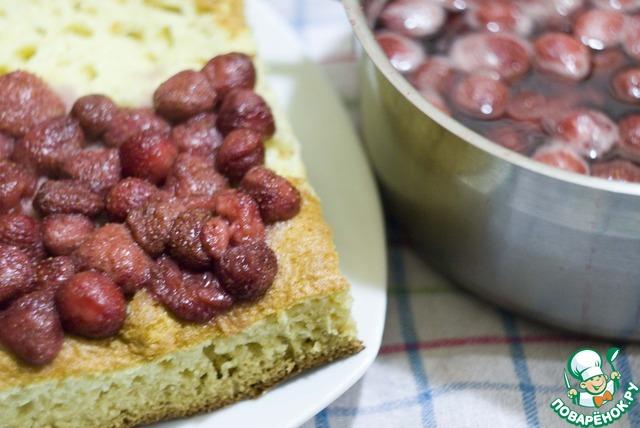 Достаньте ягоды из сиропа и выложите на пирог. Не страшно, если немного сиропа пропитает бисквит - это даже хорошо )))   Собирать пирог лучше в форме (в которой пекся бисквит).