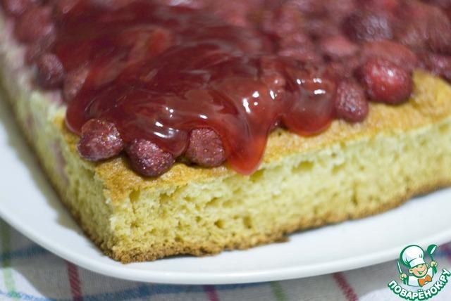 Остудите пудинг до комнатной температуры и вылейте на пирог, покрытый клубникой. Поставьте пирог в холодильник минимум на 2 часа. Подавайте со взбитыми сливками.